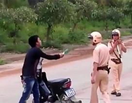 Tạm giữ hình sự đối tượng đã vi phạm giao thông còn tấn công cảnh sát