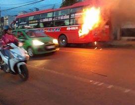 Xe khách bốc cháy ngùn ngụt, hành khách hoảng loạn bỏ chạy thoát thân