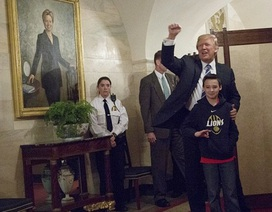 Tổng thống Trump gây bất ngờ cho nhóm trẻ tham quan Nhà Trắng