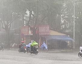 Huế mưa lớn dồn dập, miền Trung tích cực phòng chống áp thấp nhiệt đới