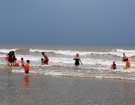 """Bất chấp mưa bão, nhiều du khách vẫn """"thản nhiên"""" tắm biển"""