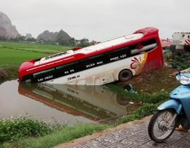 Xe khách cắm đầu xuống mương, hành khách đập cửa thoát thân