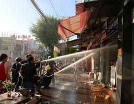 Lính cứu hỏa căng mình dập đám cháy gần cây xăng