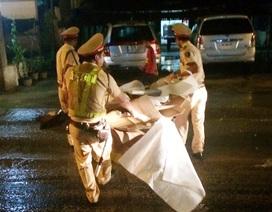 CSGT đội mưa dọn thùng các tông trên đường