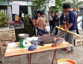 Xẻ thịt cá sấu bên đường để bán