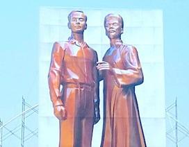Bình Định tặng Nghệ An mẫu tượng hai cha con Bác Hồ