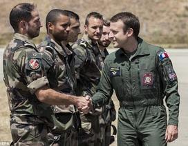Tổng thống Pháp mặc bộ đồ bay thăm căn cứ không quân