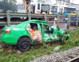 Hà Nội: Taxi bị tàu hỏa húc văng hàng chục mét