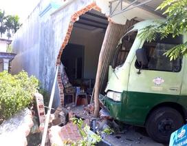 Xe tải tông từ phía sau, đẩy xe buýt lao sập nhà dân