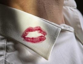 Vệt son môi trên áo huấn luyện viên lật tẩy bí mật của quý bà