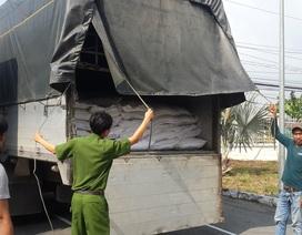 """Bắt giữ 45 tấn đường nhập lậu """"ngênh ngang"""" về Việt Nam bằng ô tô cỡ lớn"""