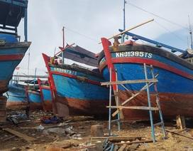 """Hàng loạt tàu cá nhộn nhịp """"tân trang"""" cho mùa đánh bắt mới"""