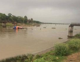 Phát hiện cầu sông Hoàng bị sập và một tàu cát bị chìm