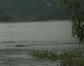 Lũ dâng ngập đường, 2 người chết đuối khi bơi thuyền đi thăm mộ