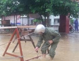 Mưa lớn gây ngập tại Hạ Long, một học sinh bị cuốn xuống cống