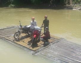Nghịch cảnh người dân Yên Bái tự làm bè vượt sông bên cầu bỏ hoang