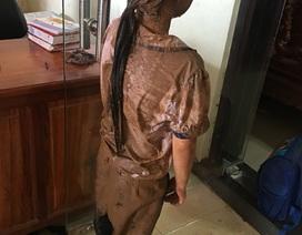 Xót xa hình ảnh bé gái bị té xuống ổ gà đầy bùn đất khi đang đến trường