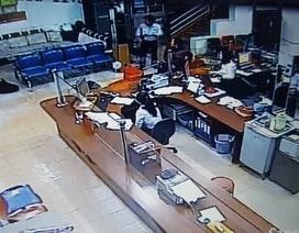 Clip người đàn ông bịt mặt nổ súng tại ngân hàng