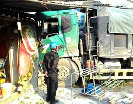 Xe tải suýt đâm sập nhà dân sau tai nạn liên hoàn