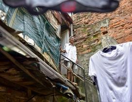 Sống khổ ở phố cổ: Căn nhà 30 năm trên nóc… nhà vệ sinh tập thể