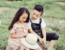 Cặp mẫu nhí cực đáng yêu trên cánh đồng hoa dại