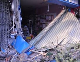 Xe container lao vào 2 nhà dân, nhiều người may mắn thoát chết