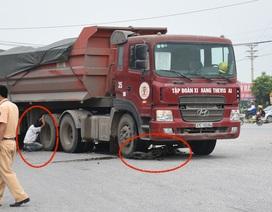 Người con trai ôm bánh xe tải khóc mẹ bị tai nạn
