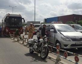 Xe khách gây tai nạn liên hoàn, đường dẫn cao tốc kẹt cứng kéo dài