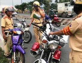 Chạy xe vào đường cấm, nam thanh niên chống đối CSGT rồi… bỏ xe
