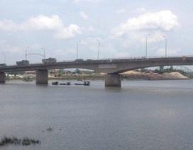 1 cán bộ dự án tỉnh Ninh Bình bỏ ô tô nhảy sông tự tử