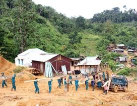 Bộ đội giúp dân di dời nhà cửa, phòng ngừa sạt lở núi