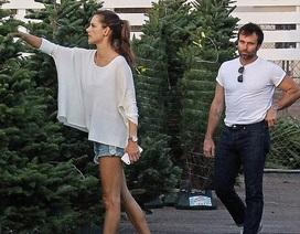 Alessandra Ambrosio giản dị đi mua cây thông Noel