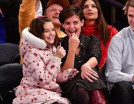 Katie Holmes đưa con gái đi xem bóng rổ