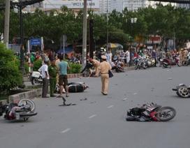 Kinh hoàng ô tô tông 9 xe máy trên phố Sài Gòn