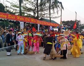 Tưng bừng cảnh bủa lưới trên cạn ở lễ hội Cầu ngư lớn nhất Huế