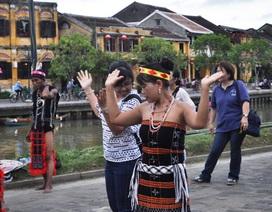 """Du khách thích thú với điệu nhảy """"Tung tung ya yá"""" cùng đồng bào Cơtu"""