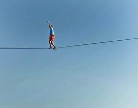 Nghệ sĩ đi thăng bằng trên dây phá kỷ lục thế giới