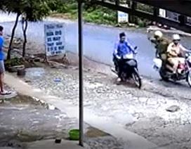 Hình ảnh Công an truy bắt tên trộm xe máy được cộng đồng mạng ngợi khen