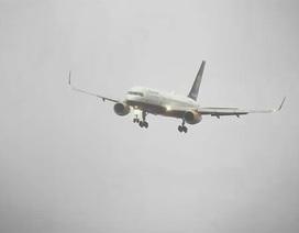 Thót tim xem máy bay chao đảo, hạ cánh trong gió mạnh