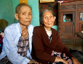 Xót xa cảnh mẹ già gồng gánh nuôi hai con bệnh tật