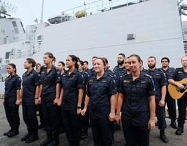 Thủy thủ tàu Hải quân Hoàng gia New Zealand múa hát tại cảng Tiên Sa