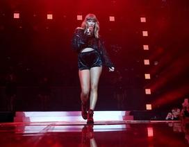 Taylor Swift khoe chân nuột nà