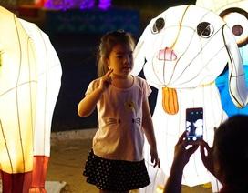 """""""Loay hoay"""" chụp ảnh với đèn lồng"""