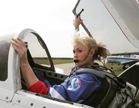 """Màn nhào lộn máy bay ngoạn mục của """"nữ hoàng bầu trời"""" Nga"""