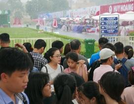 Hàng nghìn người dự hội sách dưới cơn mưa lớn