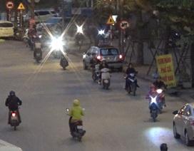Hà Nội: Xe máy thản nhiên đi ngược chiều thành hàng trên đường Võ Chí Công