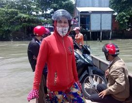 Chính quyền lệnh đóng cửa bến phà, dân run rẩy tìm thuyền nhỏ qua sông!