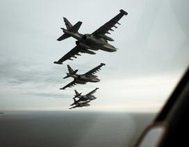 """So sánh sức mạnh của 2 """"xe tăng bay"""" Su-25 và A-10"""