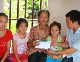Trao hơn 52 triệu đồng đến người bà nuôi ba cháu mồ côi