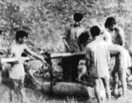 Chuyện 12 dân quân cảm tử đào, gánh bom